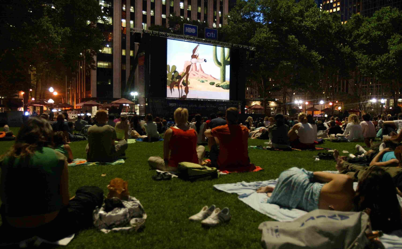 Audiencia disfrutando de la película en Bryant Park