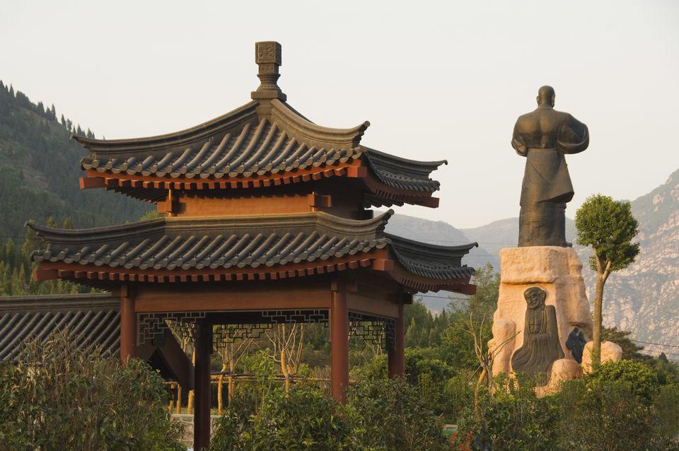 Pabellón y monumento de kung fu en el templo de Shaolin, lugar de nacimiento del arte marcial Kung Fu, Shaolin, provincia de Henan, China, Asia