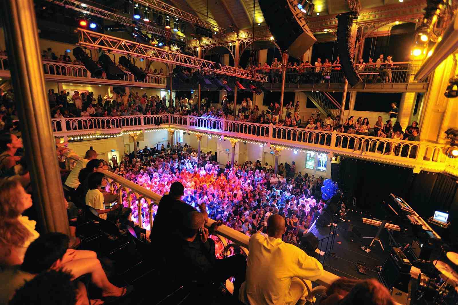 Una multitud espera el comienzo de un espectáculo en Paradiso