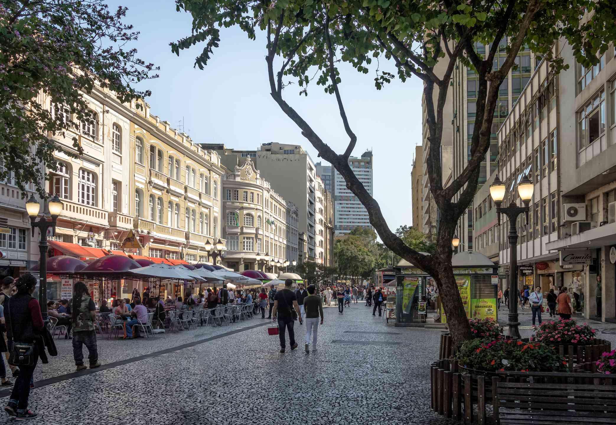Calle de las flores (Rua das Flores) y Palacio Avenida (Palacio de la Avenida) - Curitiba, Paraná, Brasil