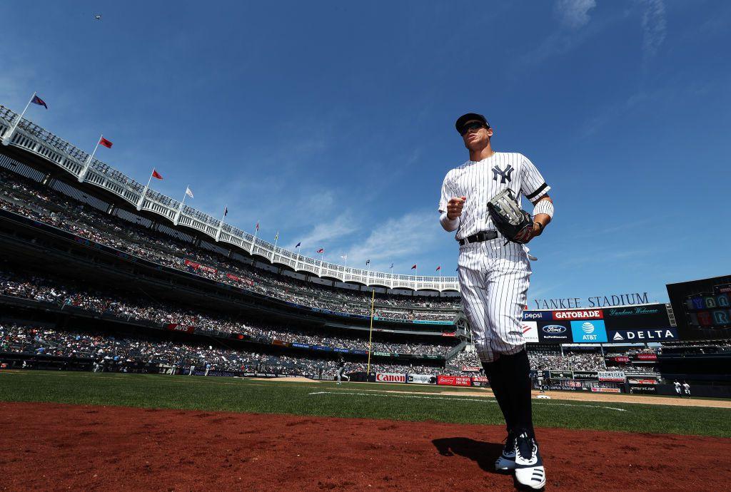 Aaron Judge # 99 de los Yankees de Nueva York sale del campo durante un partido en el Yankee Stadium