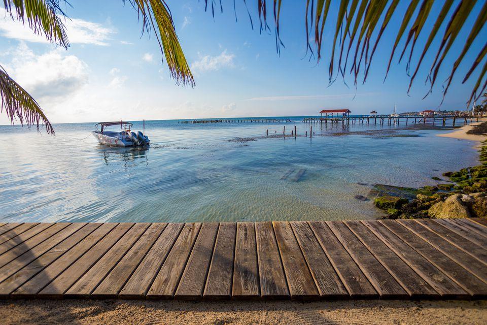 Escena frente a la playa de México con aguas transparentes