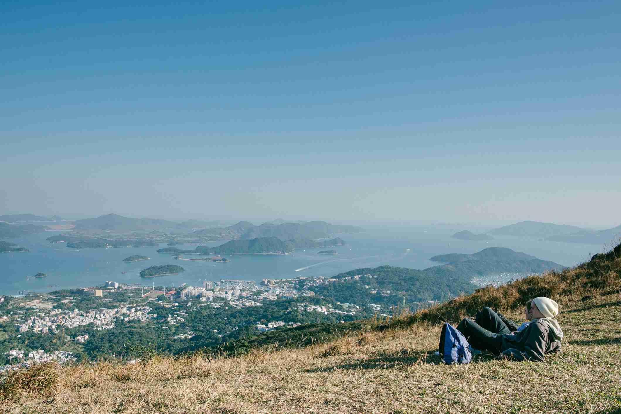 Relájese en la cima de una colina rural en una estación templada de invierno, Hong Kong
