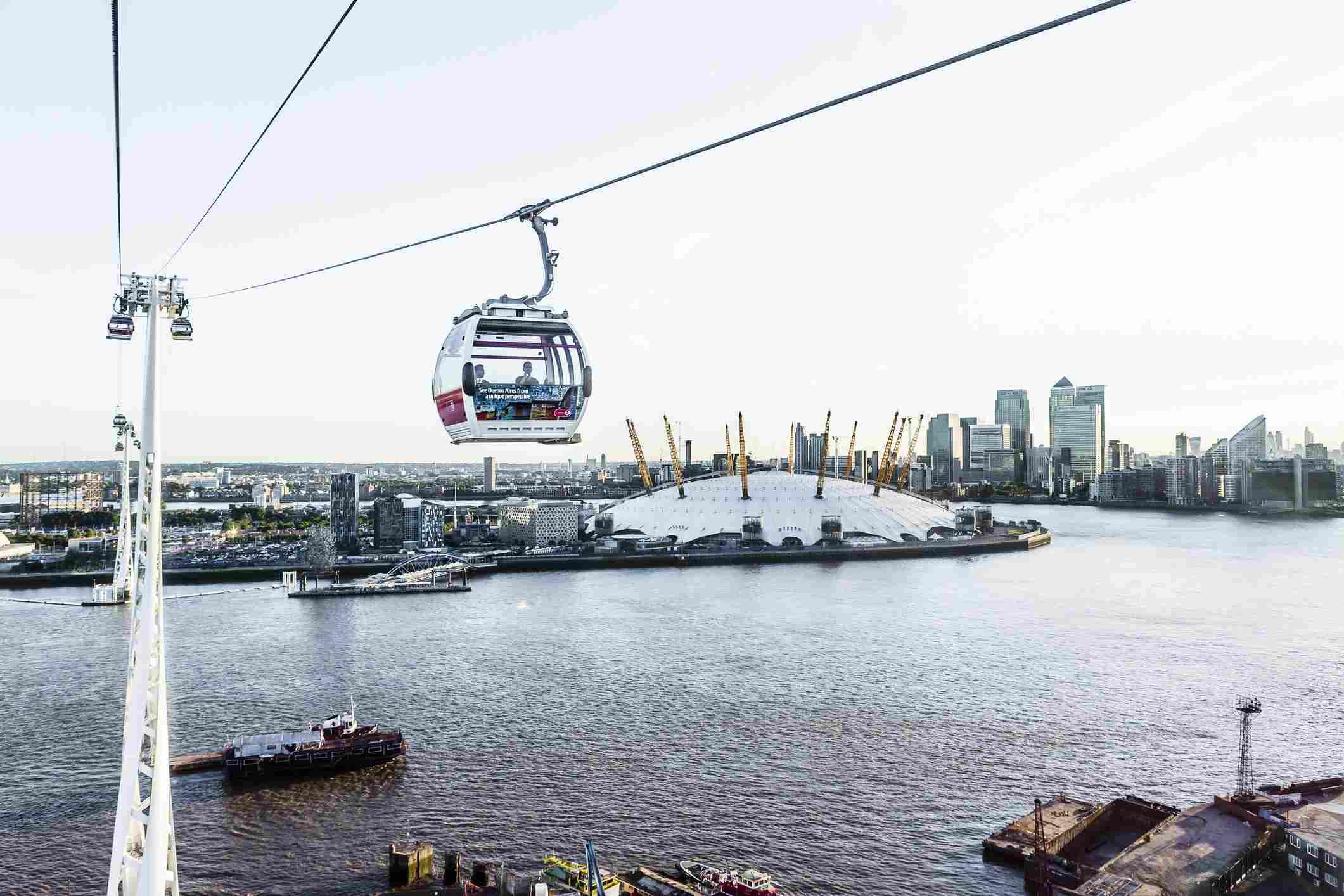 La Emirates Air Line (teleférico de Londres), el río Támesis, el Millennium Dome y, en el fondo, Canary Wharf