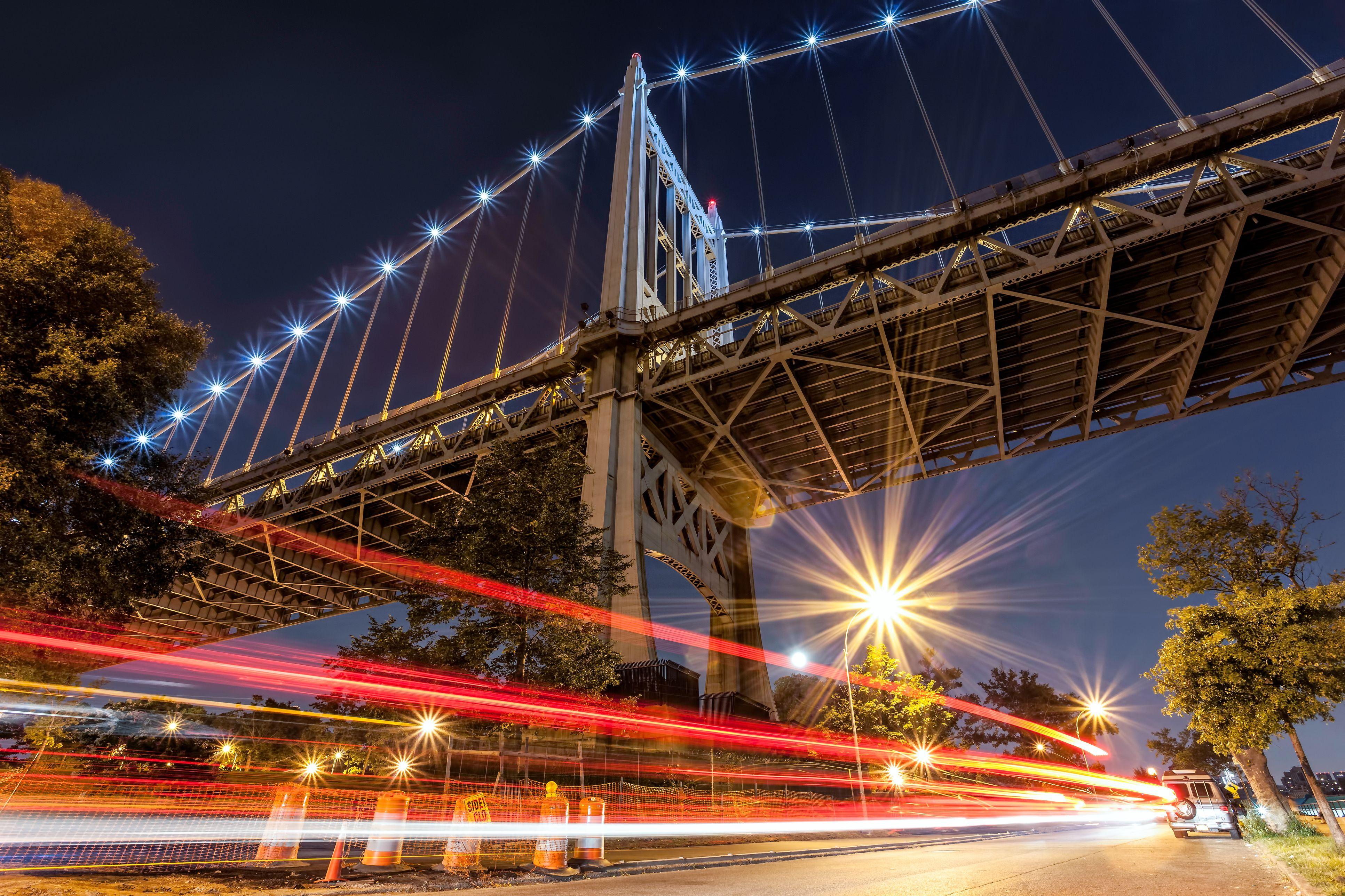 Puente Triborough RFK. Senderos de tráfico de automóviles de larga exposición. Astoria Park NY.