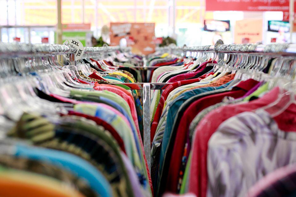 Racks de ropa de tiendas de segunda mano