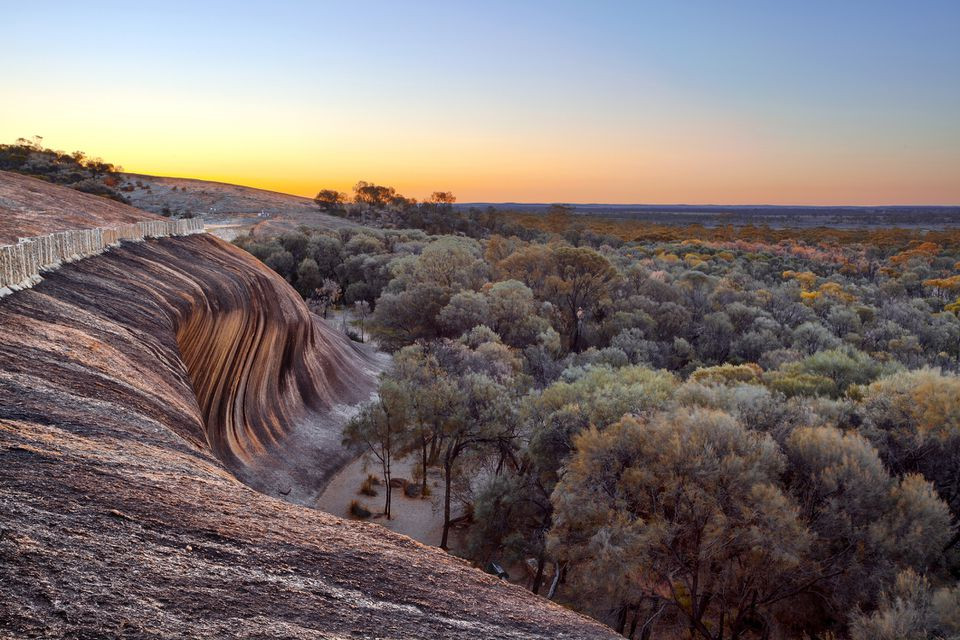 Amanecer en la cima de Wave Rock (Hyden Rock), Hyden, Australia occidental