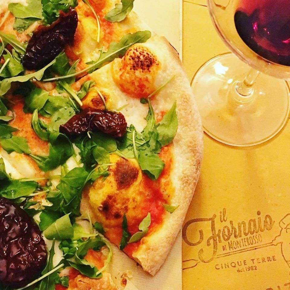 Pizza and wine at Il Fornaio di Monterosso