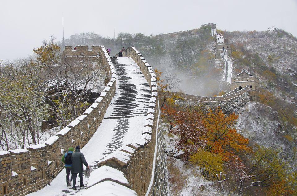 Los excursionistas caminando en la Gran Muralla China durante el invierno