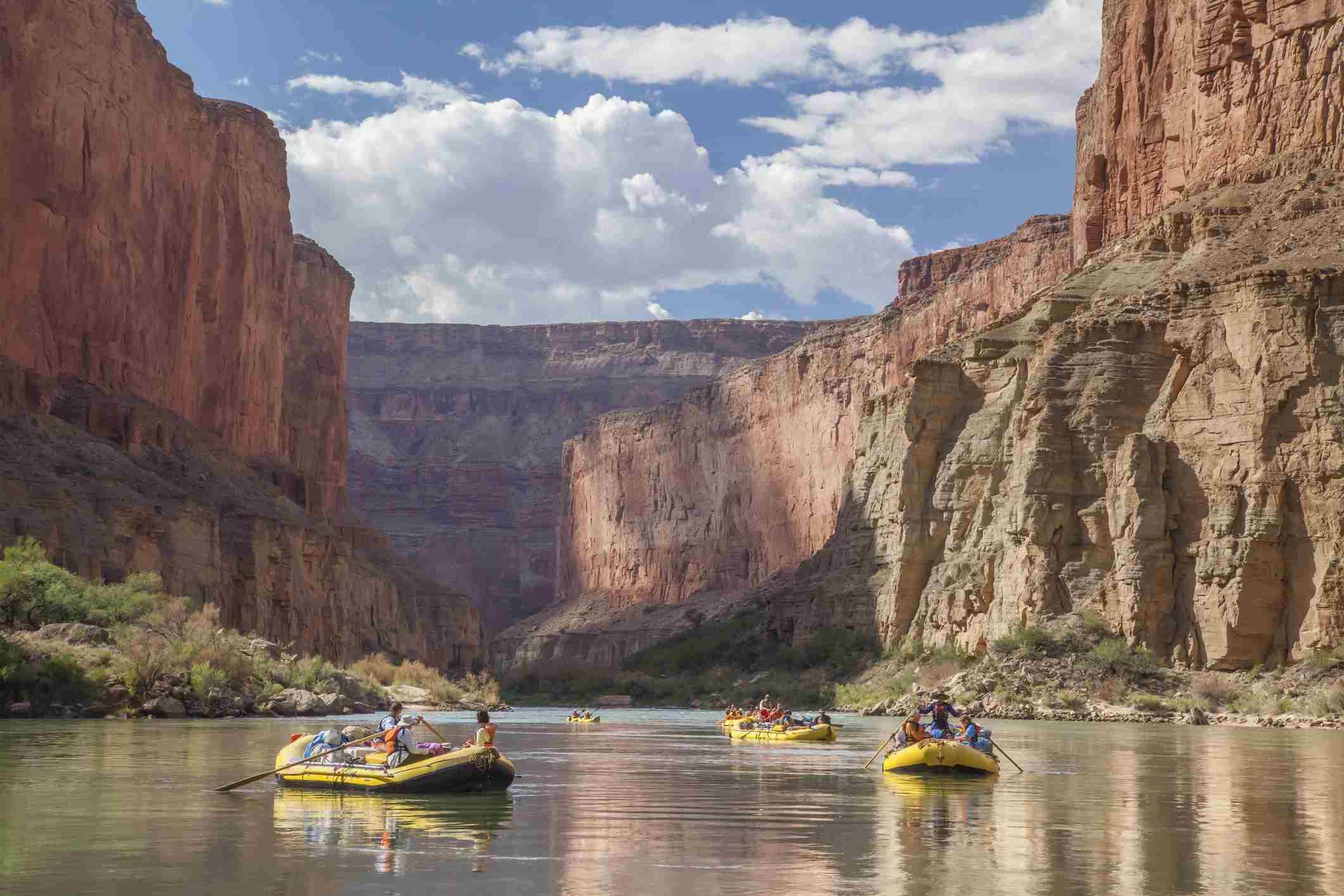 Rafting en aguas rápidas en el Gran Cañón del Río Colorado