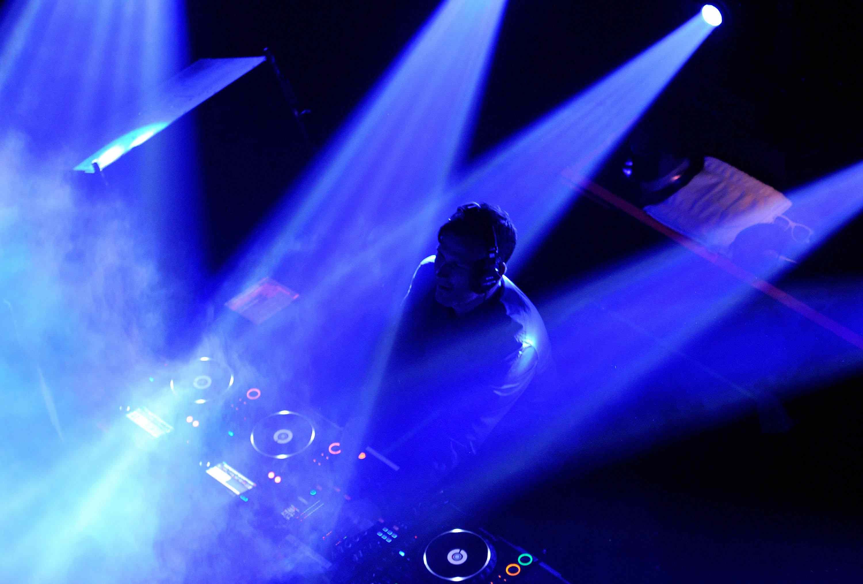 DJ actuando en un show de Las Vegas