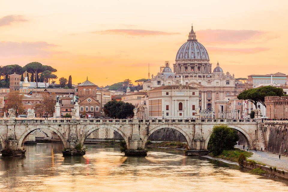 Horizonte de Roma al atardecer con el río Tíber y la Basílica de San Pedro, Italia