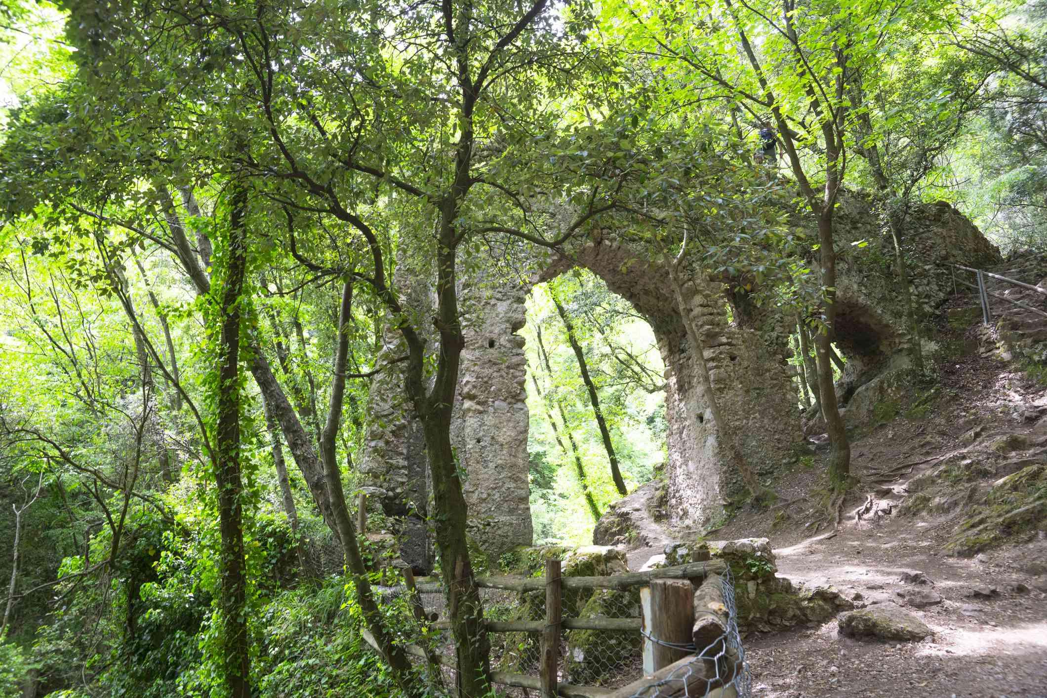 Ruinas de un acueducto en el Valle dei Mulini