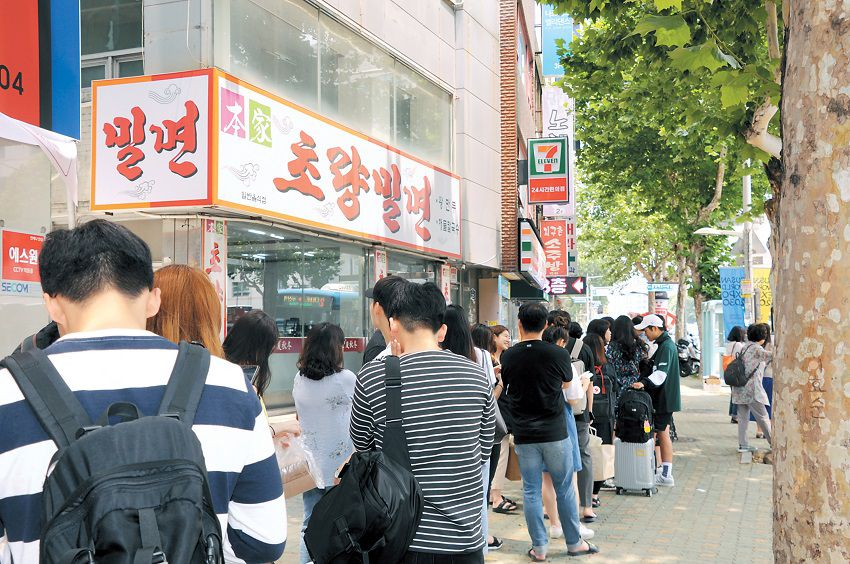 Long line of people waiting outside the Choryang Milmyeon