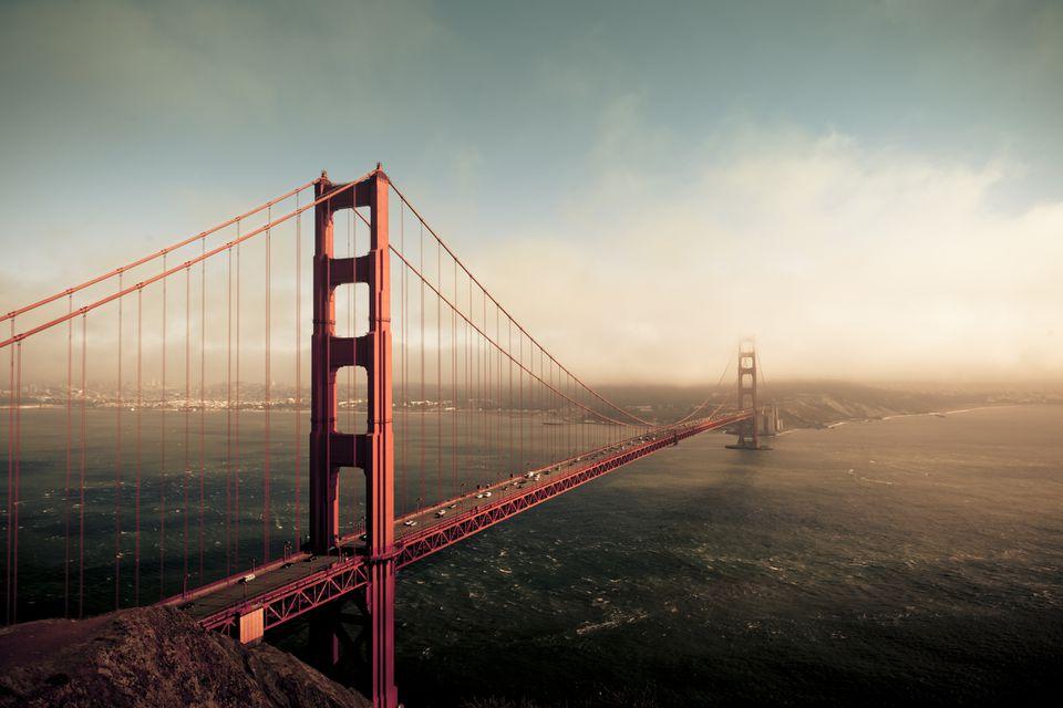 El puente Golden Gate en la niebla