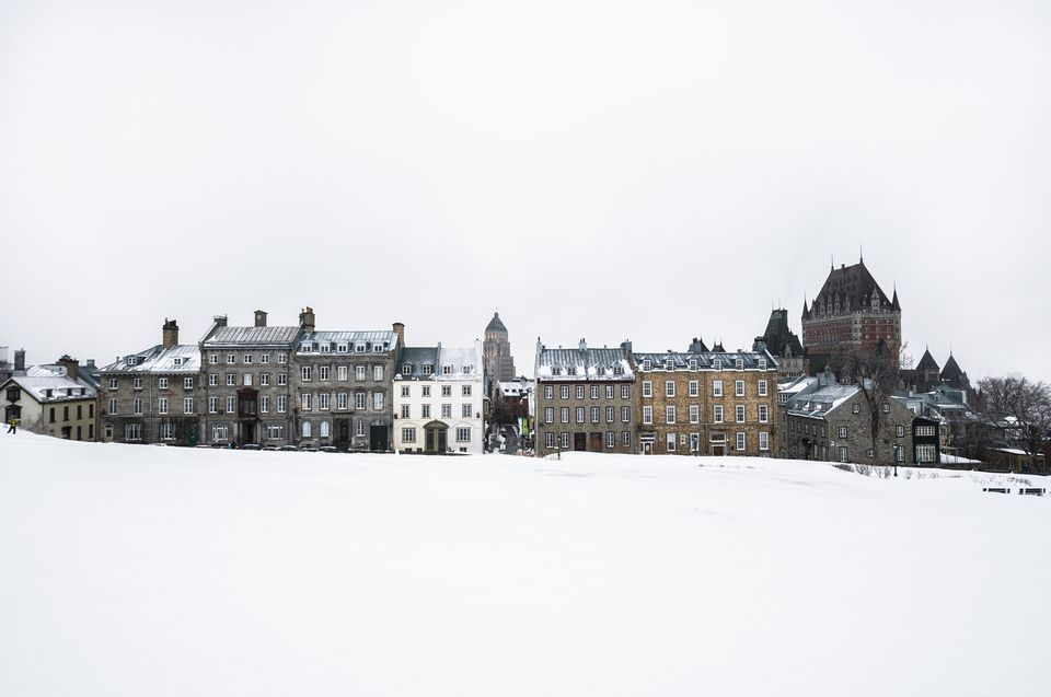 Vista del parque cubierto de nieve y el casco antiguo, la ciudad de Quebec, Quebec, Canadá