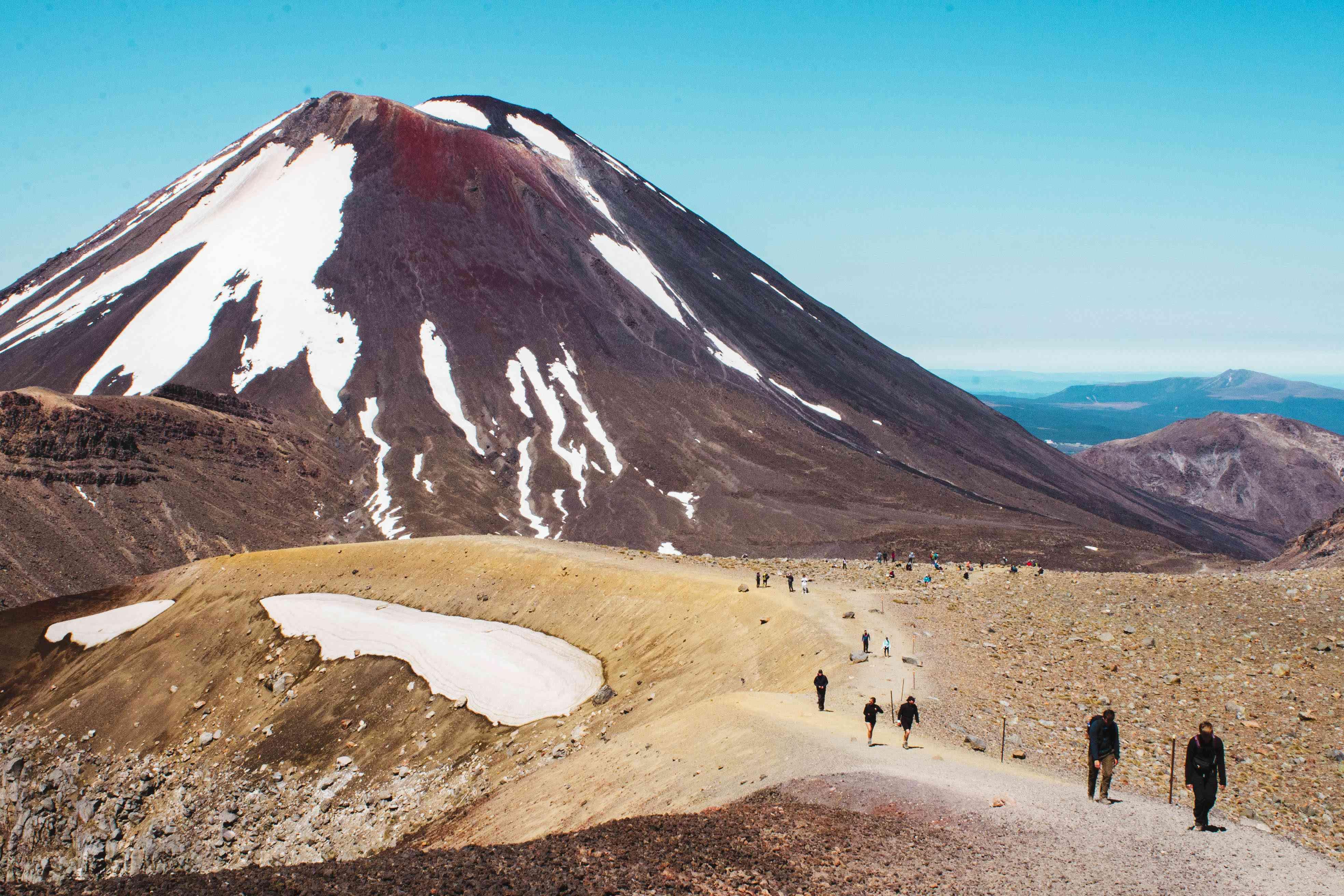 Gente caminando por el sendero en Tongariro