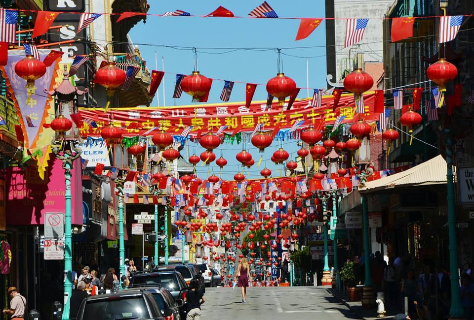 Linternas chinas colgando sobre la calle en San Francisco