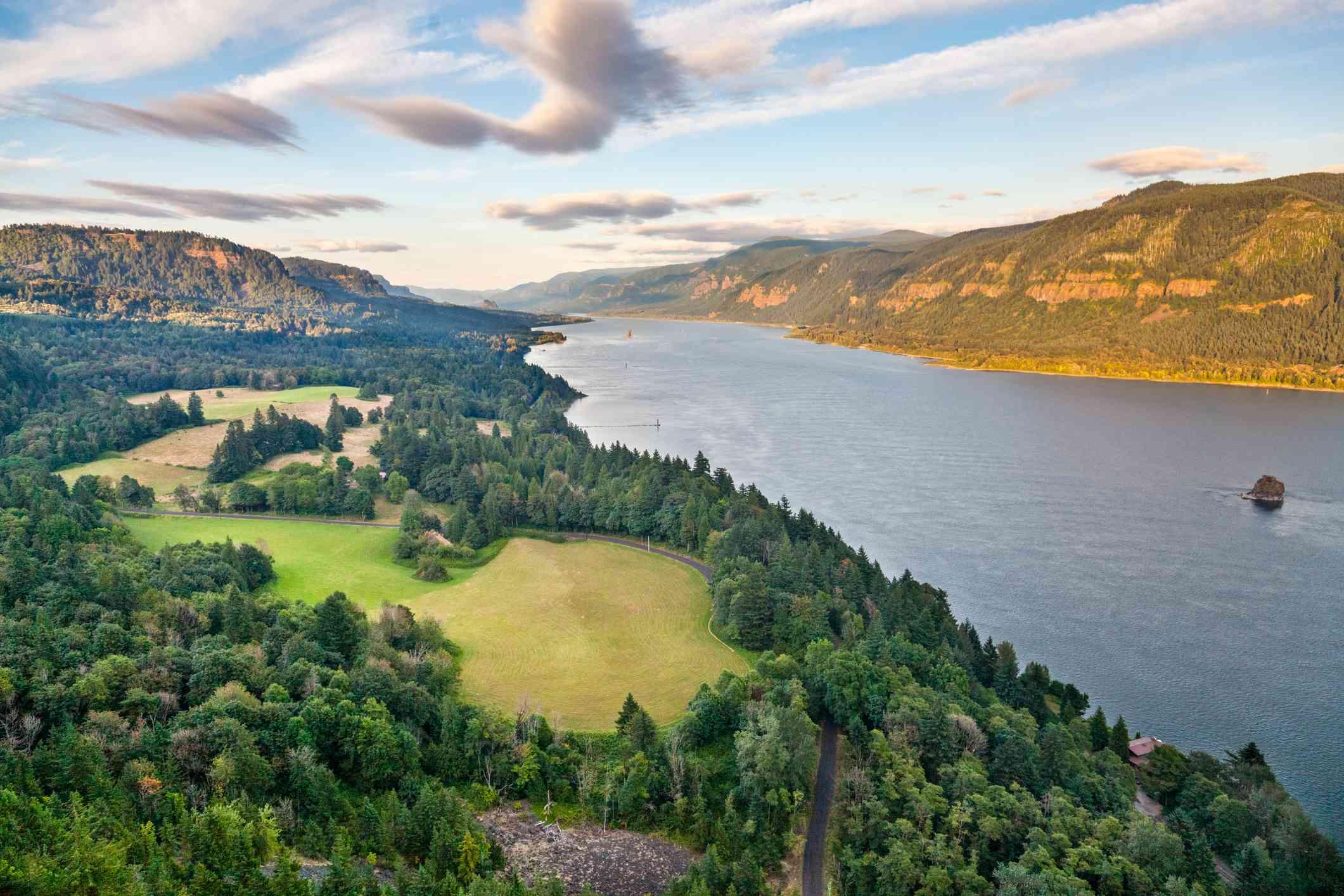 Una hermosa vista del desfiladero del río Columbia desde el lado del río Washington, Estados Unidos