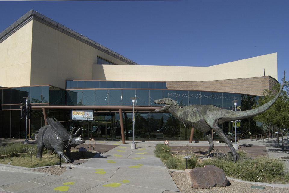 Estatura de dinosaurio en la entrada al Museo de Historia Natural y Ciencia de Nuevo México