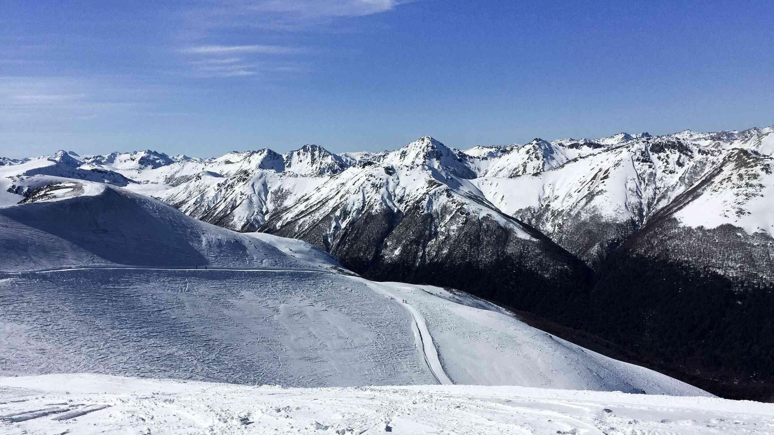 Montañas nevadas contra el cielo azul claro en Villa La Angostura