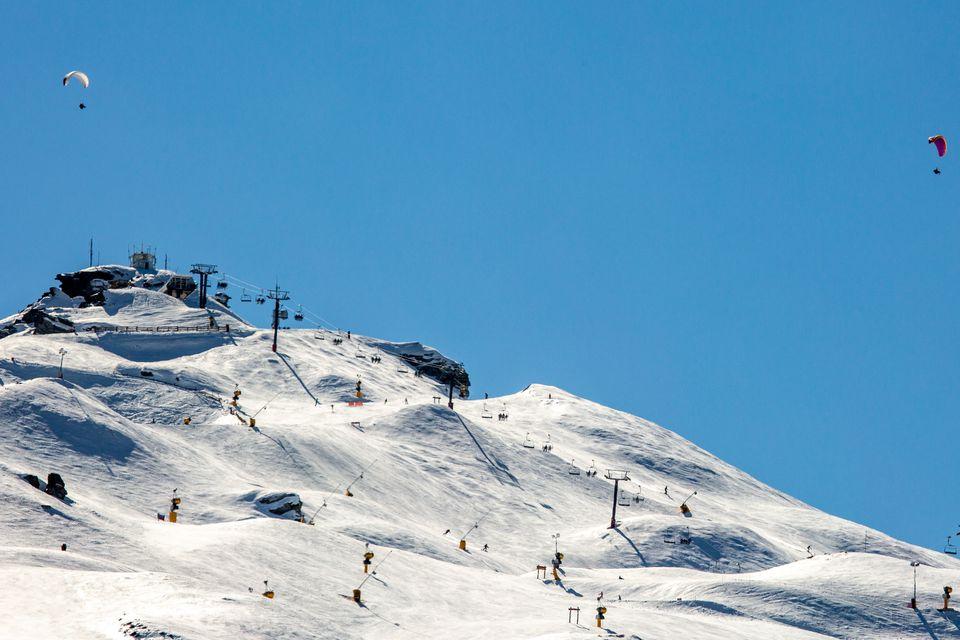 paisajes nevados de montañas y campos de esquí de Queenstown