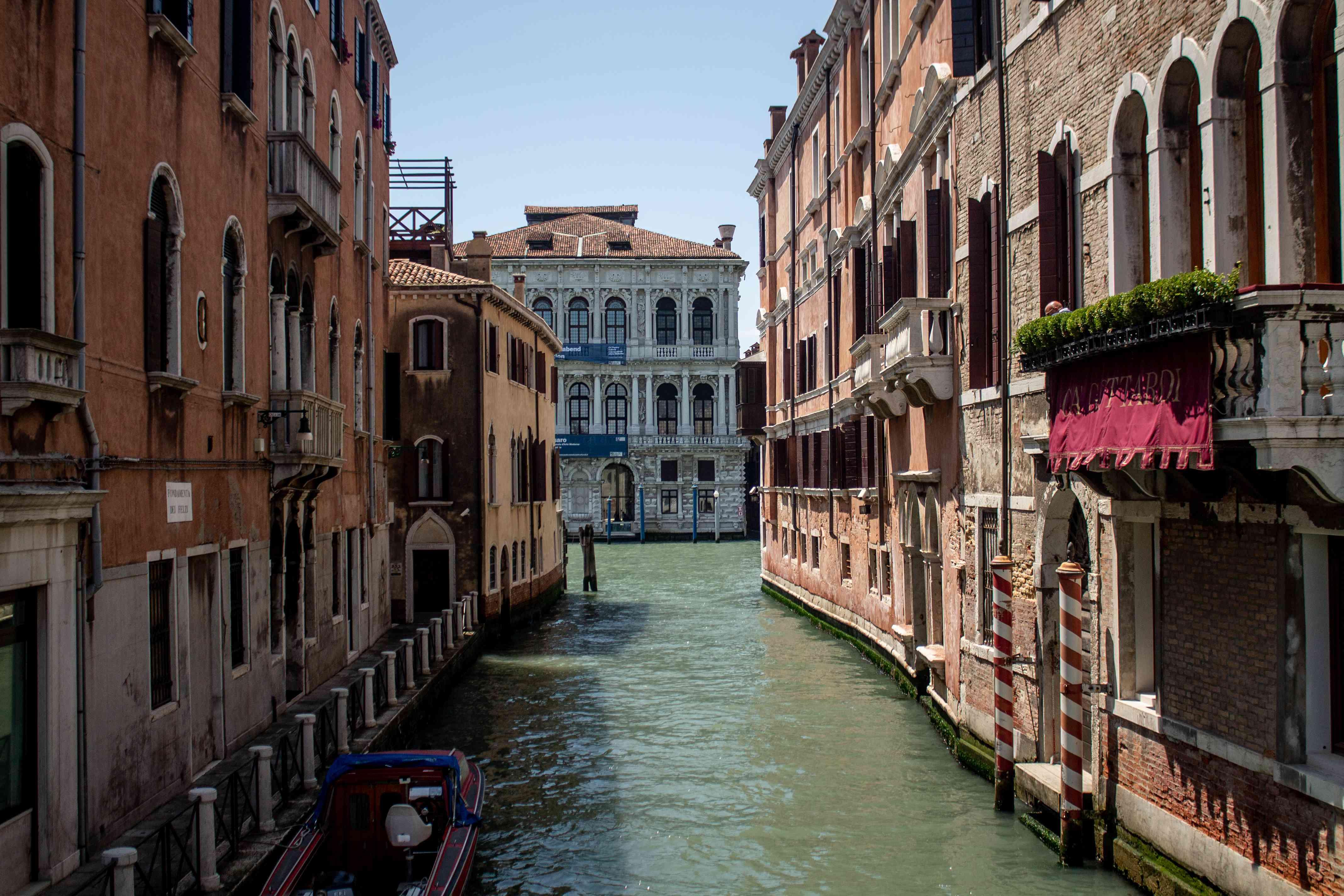 Vista de canales en Venecia