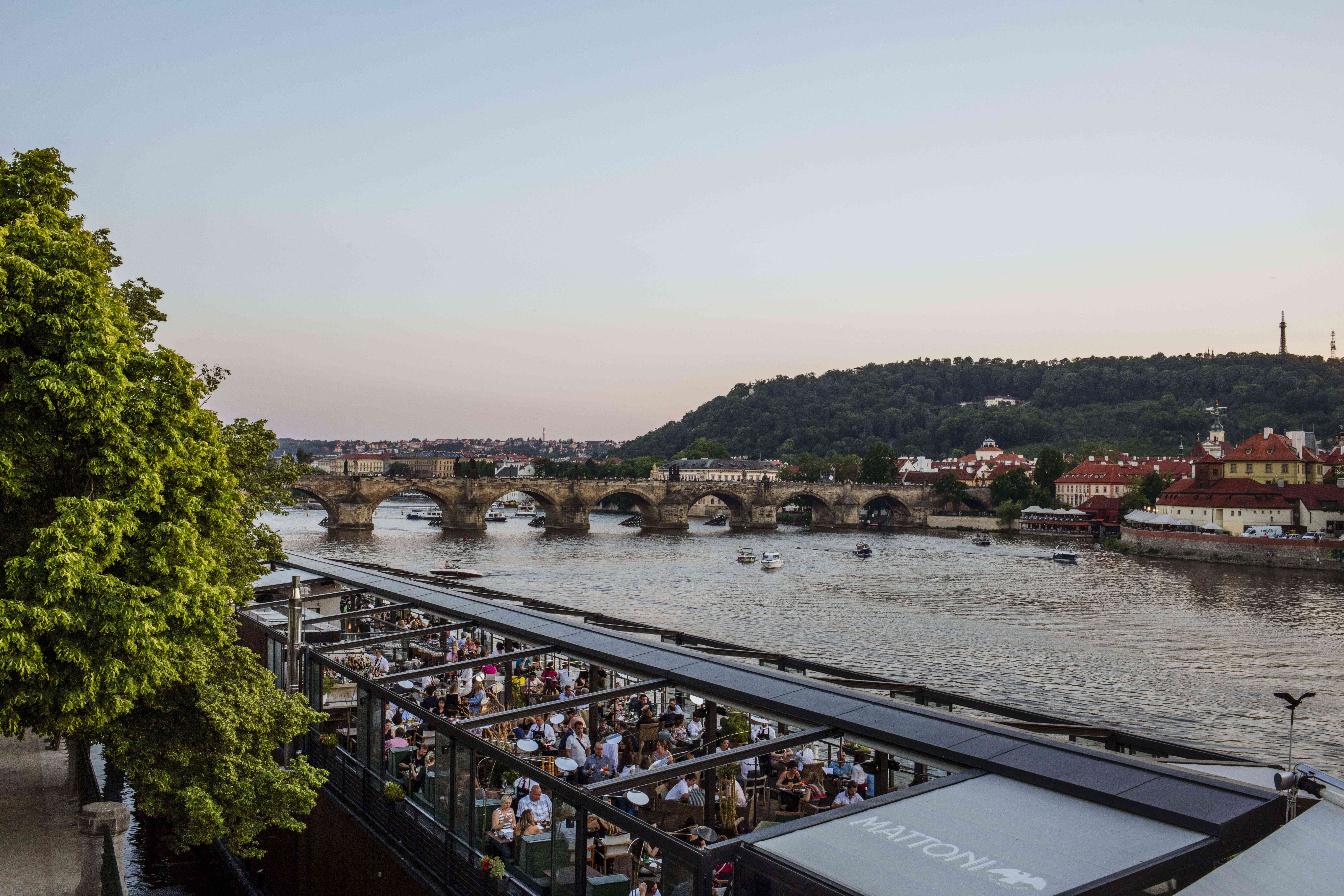 Gente caminando por la entrada a los terrenos del Castillo de Praga