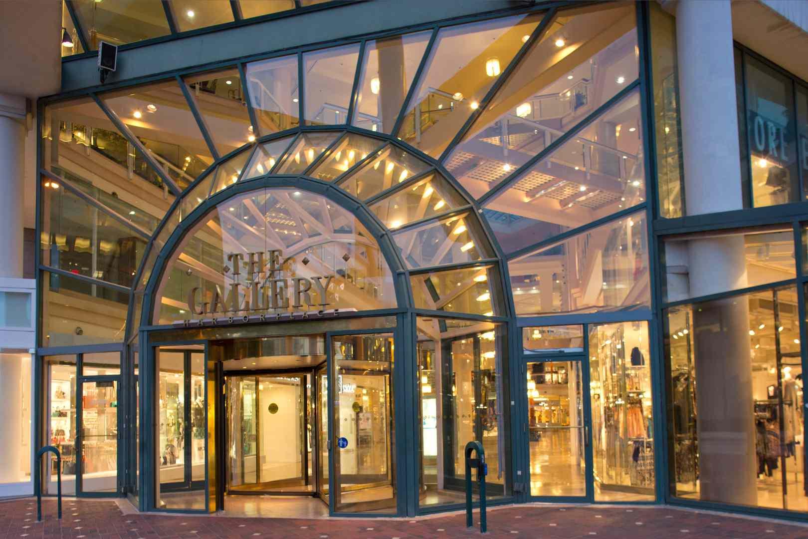 Entrada de vidrio al centro comercial Gallery
