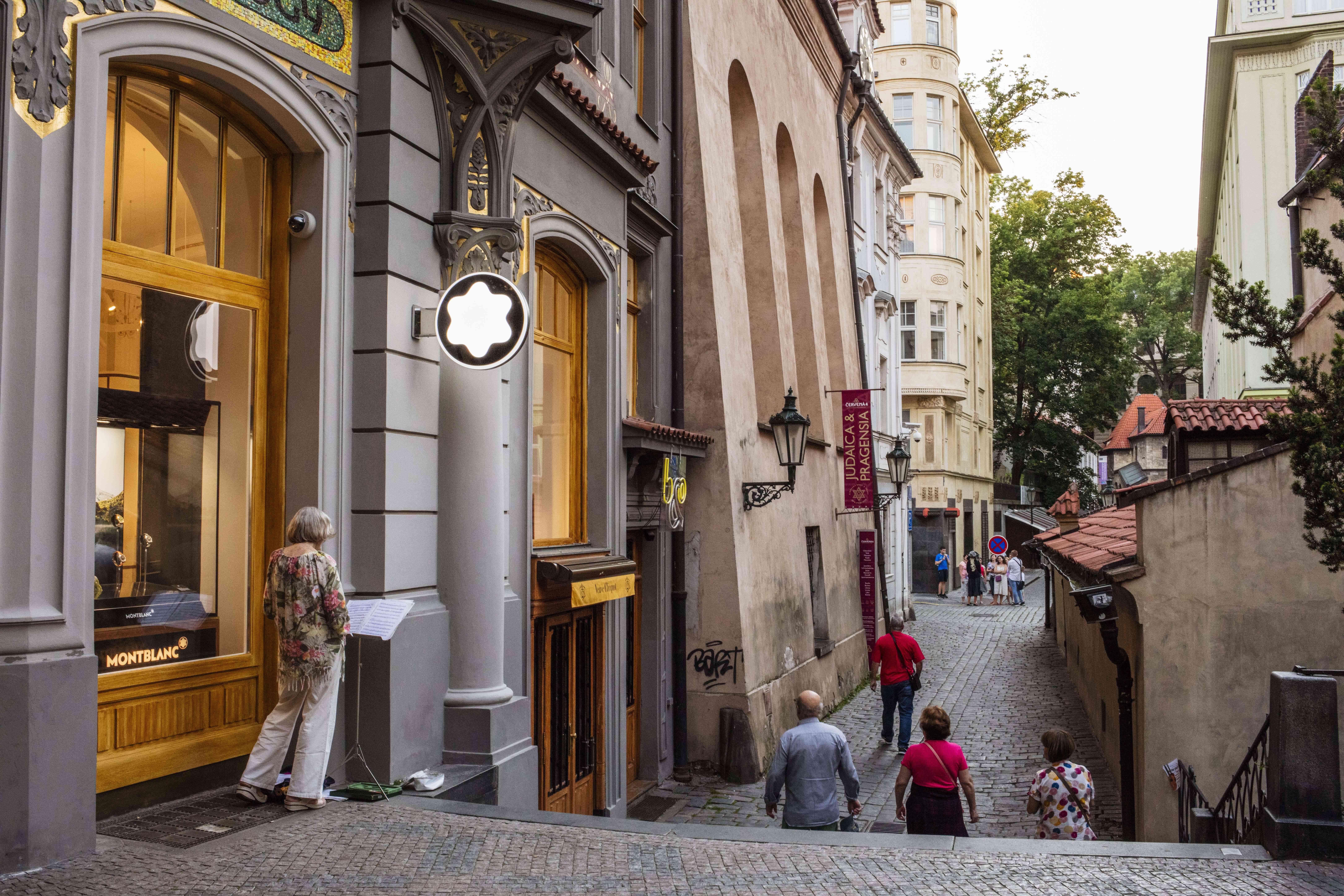 Gente caminando por el barrio judío