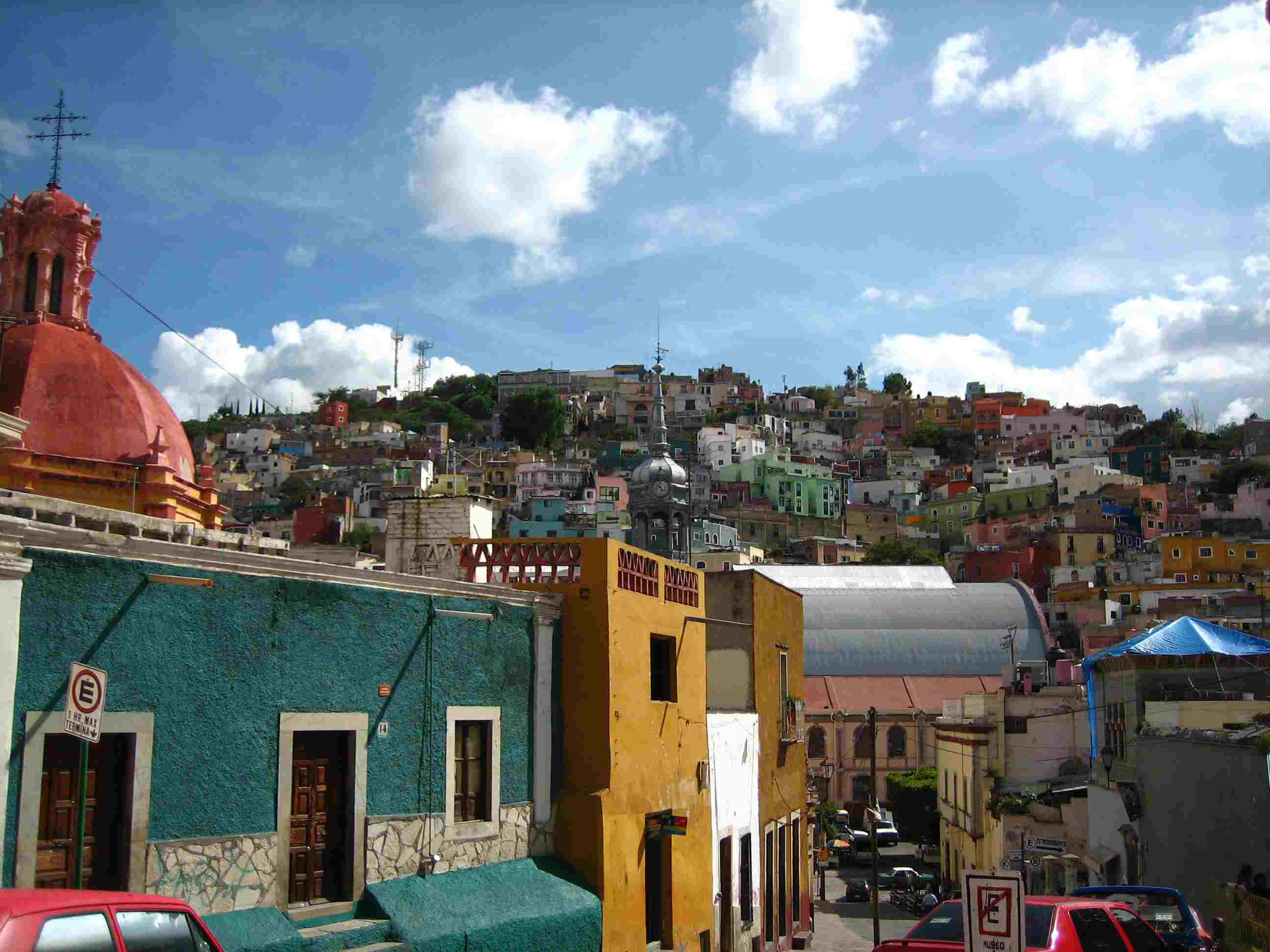 Coloridos edificios en una colina en Guanajuato, México