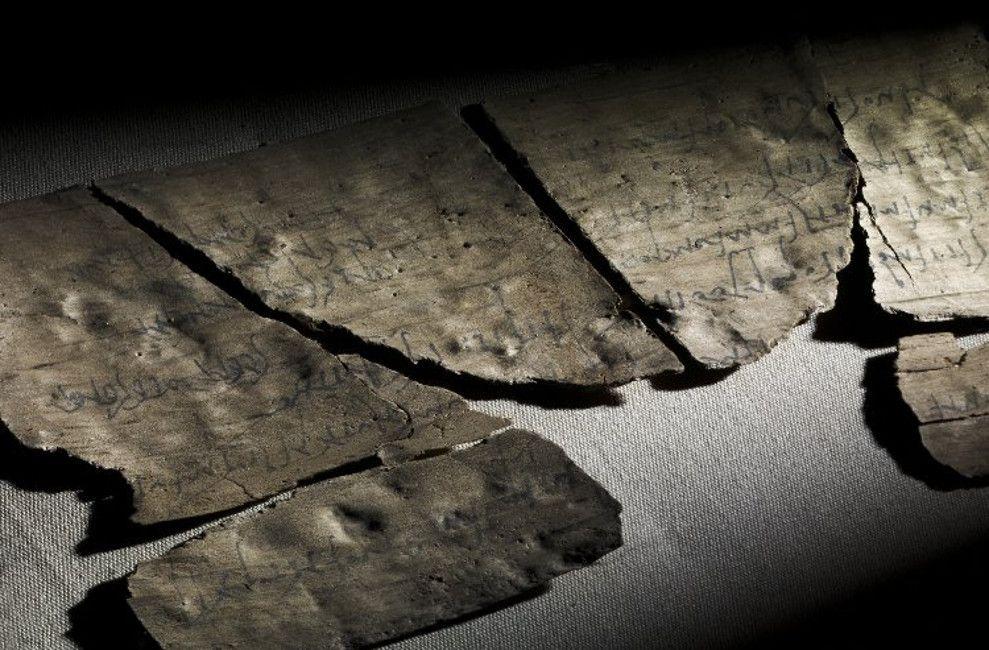 Tableta de madera romana de Vindolanda con una invitación de fiesta de cumpleaños de una mujer a otra .