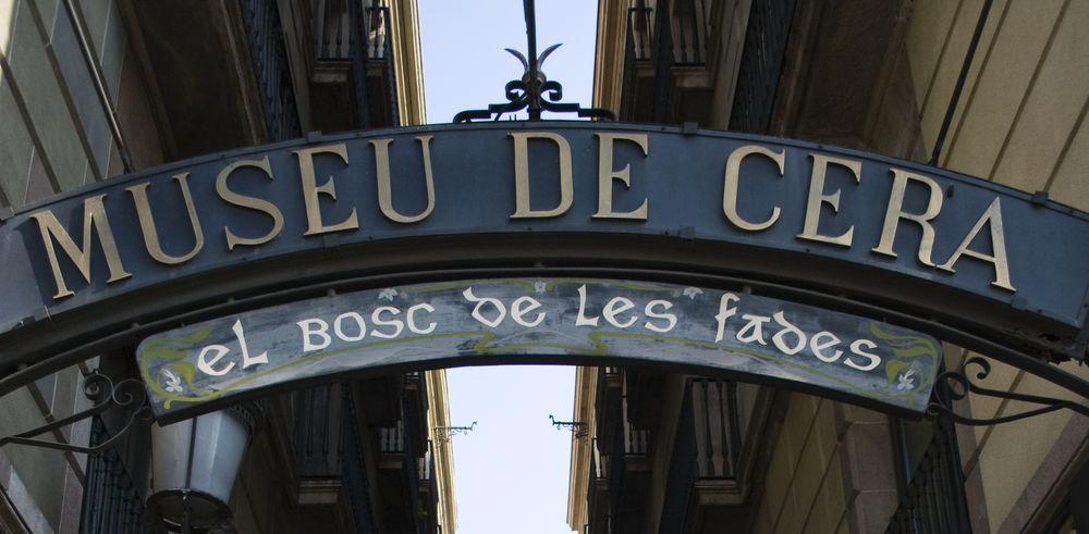 Museu de Cera sign in an alley