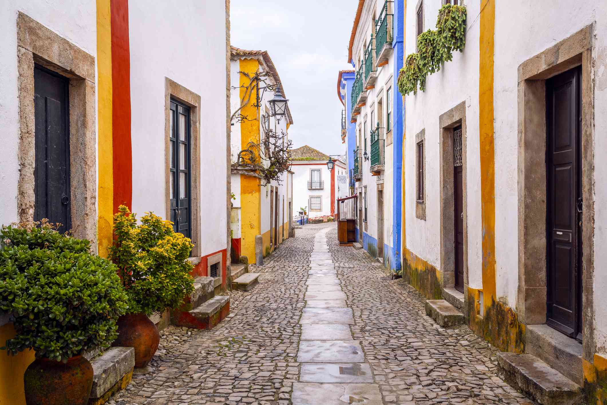 Calle colorida en Obidos, Portugal