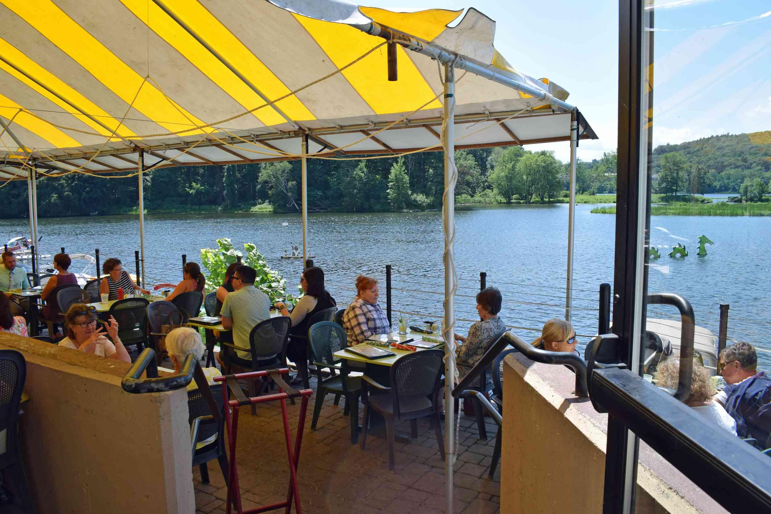 Cenas al aire libre en el puerto deportivo en Brattleboro VT