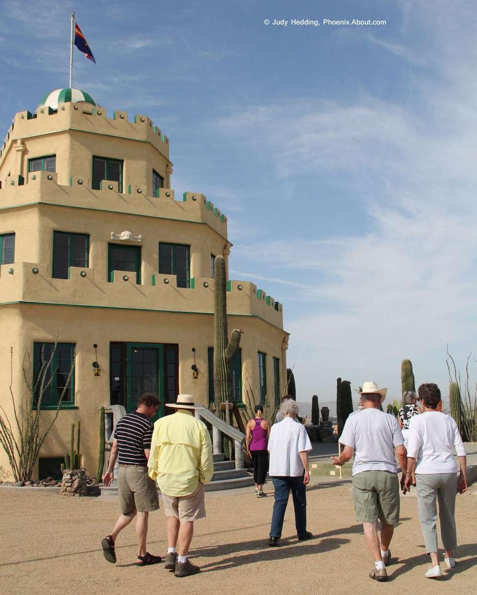 Puedes hacer un recorrido por el castillo de Tovrea en Phoenix.