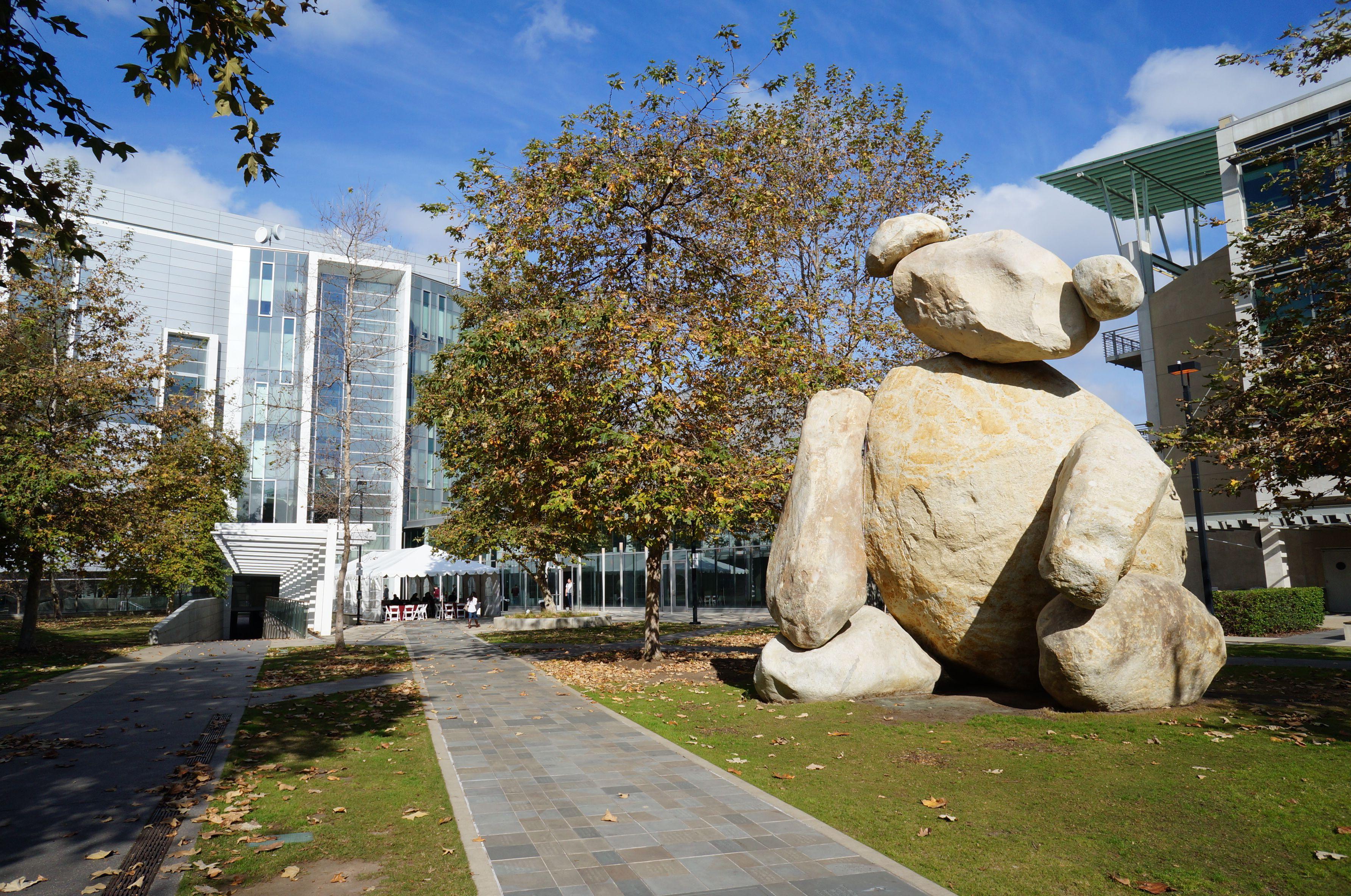 Escultura de oso en el campus de UC San Diego