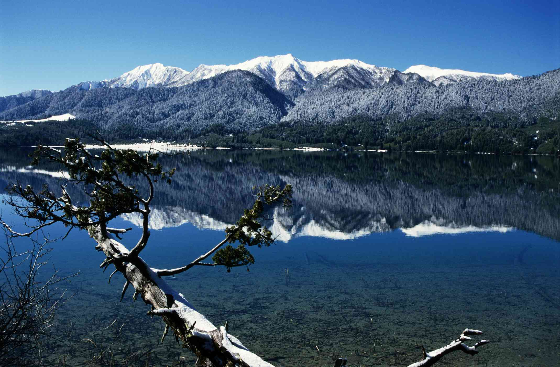 brillante lago turquesa rodeado de montañas marrones