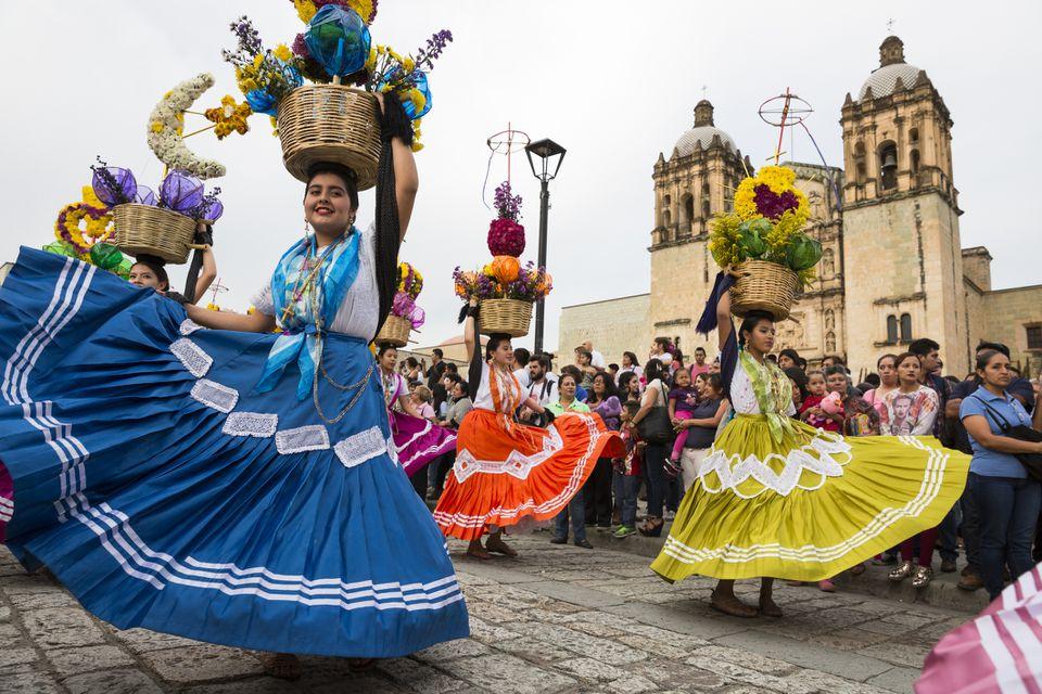 Bailarines del festival Guelaguetza en Oaxaca, México