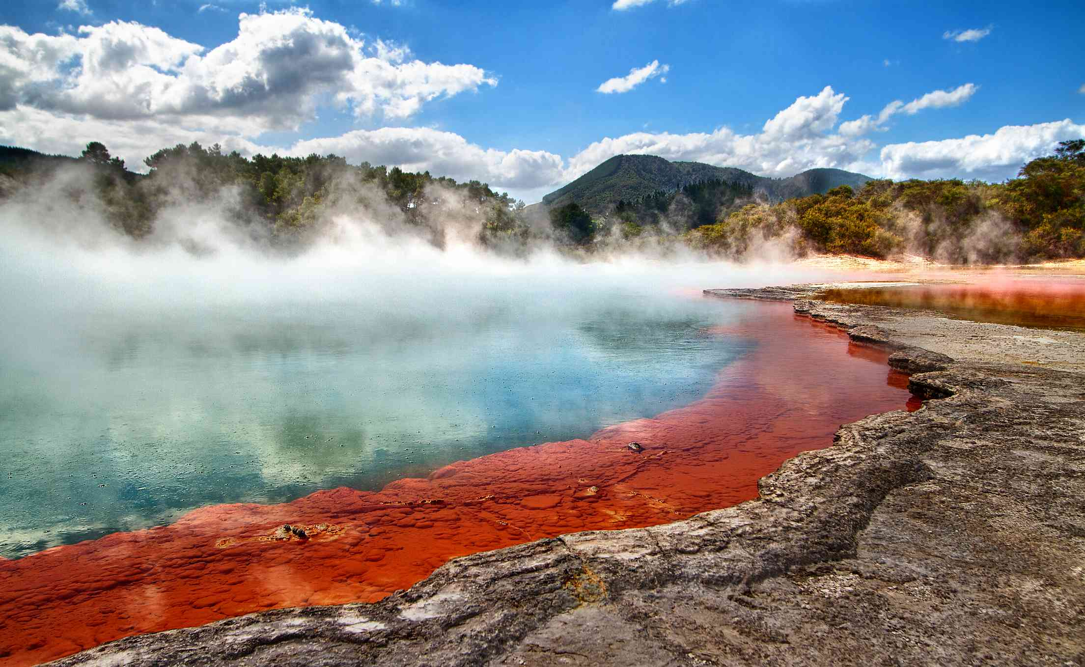 Vapor saliendo de una piscina geotérmica