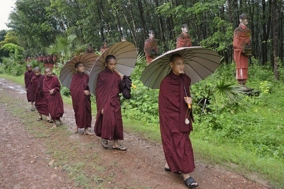 Monjes en la temporada de lluvias, Mawlamyine, Myanmar