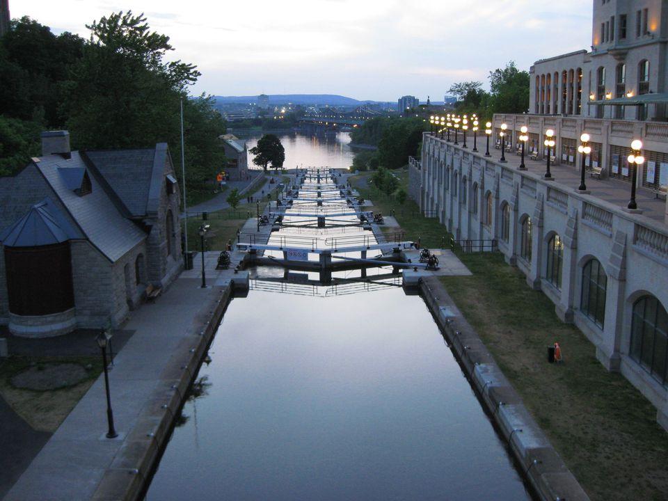 Una vista del histórico Canal Rideau, ya que desciende hasta el río Ottawa a través de una serie de esclusas.