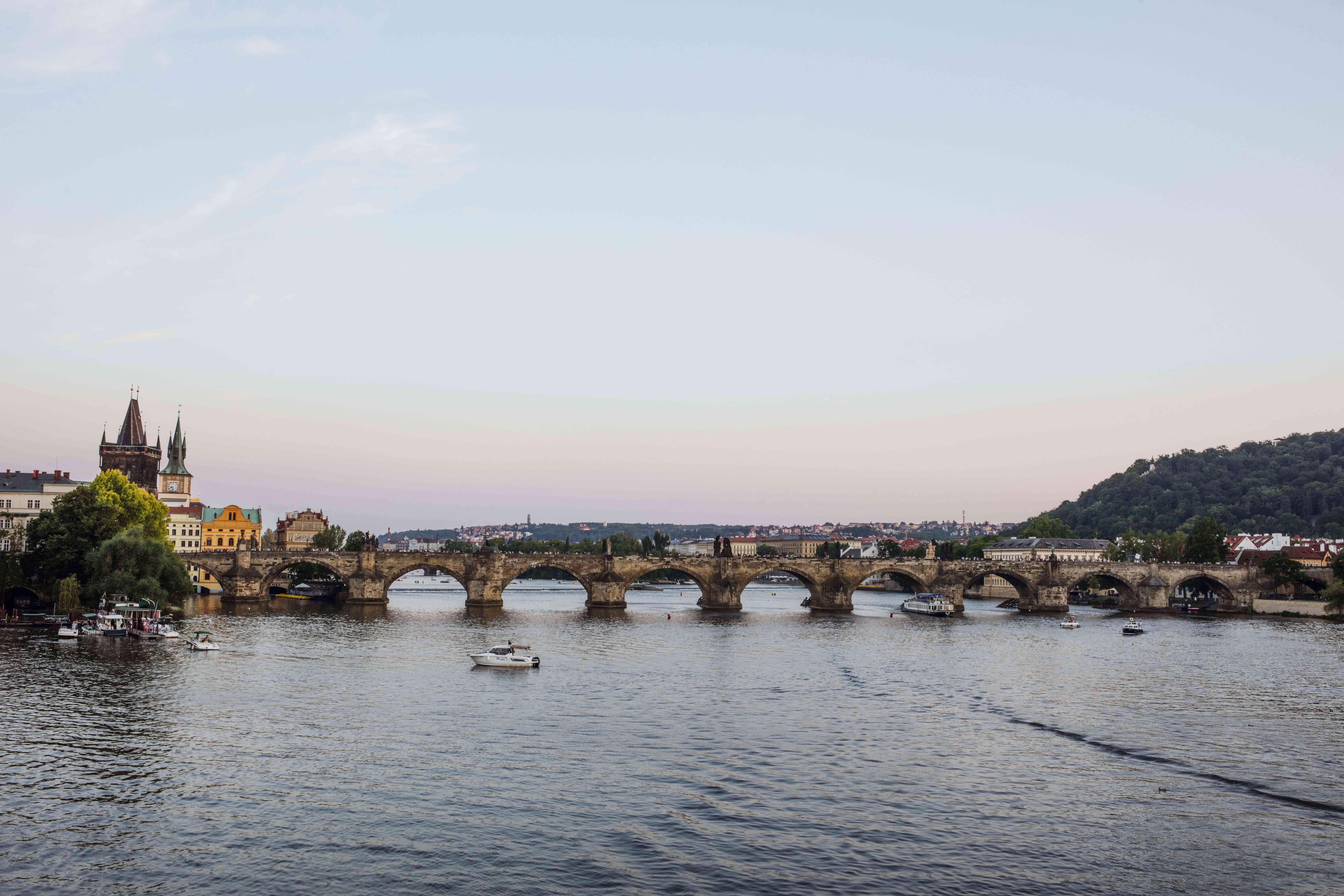 Una toma panorámica del Puente de Carlos